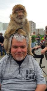 Wer bin ich - Frank beim Kinderfest mit einem Affen